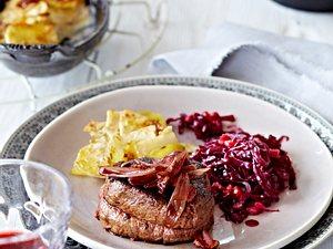 Rinderfiletsteak mit Granatapfelrotkohl, Portweinschalotten und Gratin Rezept