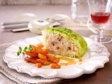 Risotto-Tortenstück im Wirsingmantel zu Balsamico-Möhren Rezept