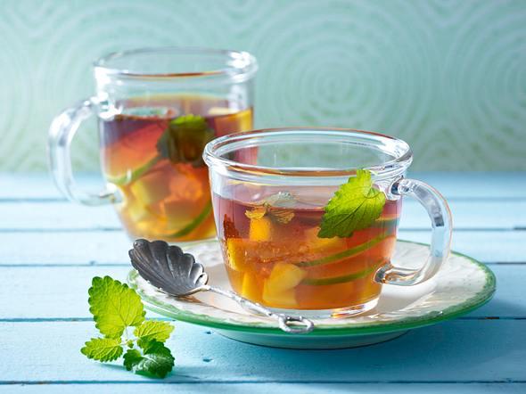 Rooibos-Tee mit Mango, Rum und Limettenscheiben Rezept