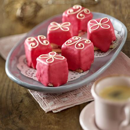 rosa petit fours rezept lecker. Black Bedroom Furniture Sets. Home Design Ideas