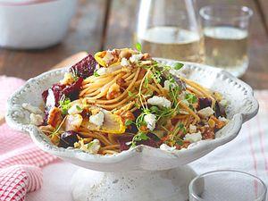 Rote-Bete-Spaghetti mit Ziegenfrischkäse und Chicorée Rezept