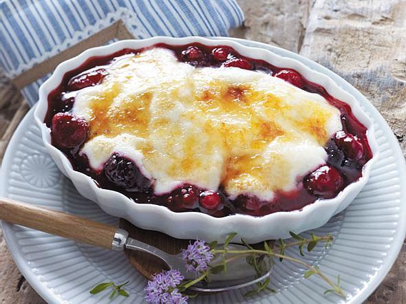 Rote Grütze unter Joghurt mit Zuckerkruste Rezept