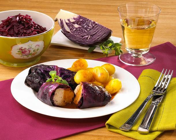 Rotkohl-Rouladen mit Röstkartoffeln Rezept