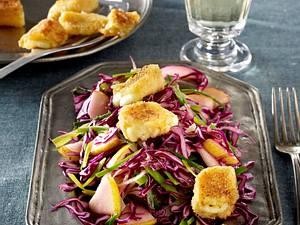 Rotkohlsalat mit Birnen, Lauch und gebackenem Käse Rezept