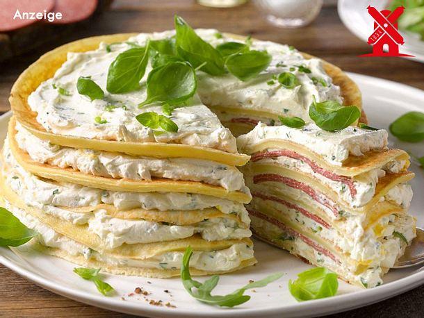 Würzige Pfannkuchen-Torte mit vegetarischer Salami