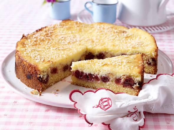 Rührkuchen mit Kirschen und Crème fraîche Kokos-Haube  Rezept