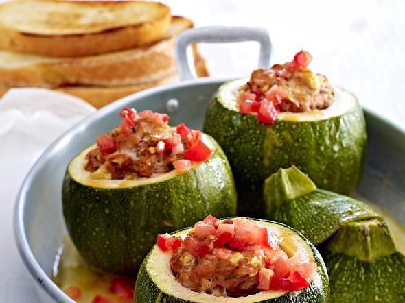 Runde Zucchini mit Bratwurst-Füllung Rezept