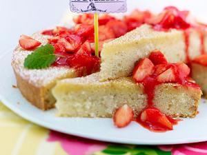 Saftiger Grießkuchen mit Erdbeersoße Rezept