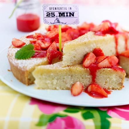 Saftiger Grießkuchen und Erdbeersoße  Rezept