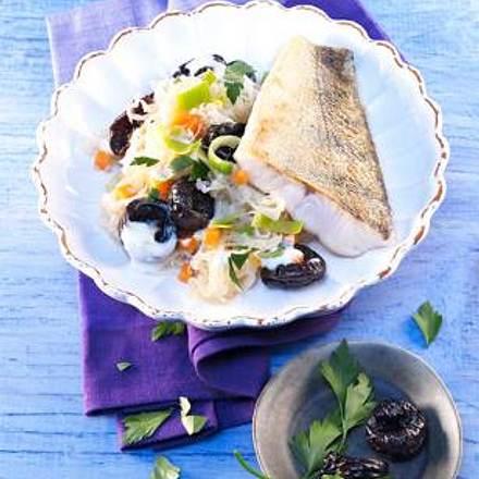 Sahne-Sauerkraut mit Trockenpflaumen und Zander Rezept