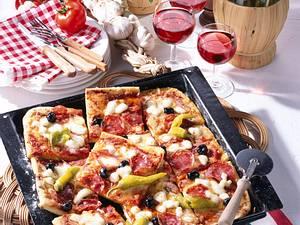 Salami-Pizza vom Blech Rezept
