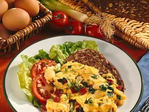 Salami-Rührei auf Schwarzbrot Rezept
