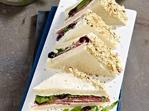 Salami-Sandwich mit Pfeffer-Frischkäsecreme und Haselnussrand Rezept