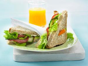 Salami-Sandwich mit Salatgurke und Meerettich-Frischkäse Rezept