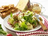 Salat mit Nuss-Vinaigrette und Lagreiner-Käse Rezept