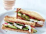 Salat-Sandwich mit 1 Glas Mandeldrink Rezept