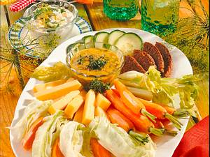 Salatplatte mit Käse & zwei Dips Rezept