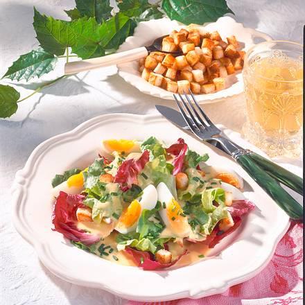 Salatteller mit Croûtons und Ei Rezept
