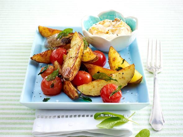 Salbei-Kartoffelspalten mit Kirschtomaten und Aiwar-Quark Rezept