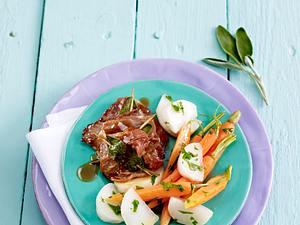 Saltimbocca mit glasierten Mairübchen und Möhren Rezept