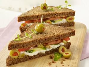 Sandwich mit Schafskäsecreme, Tomaten, Zucchini und Oliven Rezept
