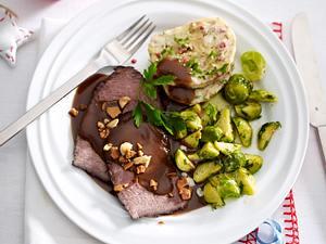 Sauerbraten mit Lebkuchensoße und Serviettenknödel Rezept