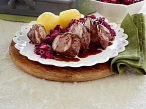 Sauerbraten-Rouladen zu Apfelrotkohl und Kartoffelklößen Rezept