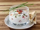 Saure-Sahne-Dip mit Quark, Petersilie, Schnittlauch und Paprika Rezept
