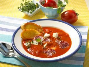Scharfe Tomatensuppe mit Salami Rezept