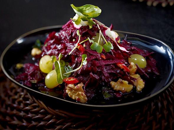 Scharfer Rote-Bete-Salat mit Trauben und Walnüssen Rezept
