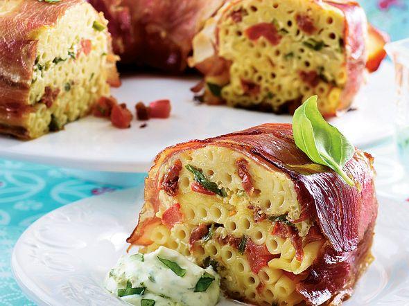 Schinken-Pasta-Kuchen mit Basilikumcreme Rezept