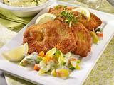 Schnitzel mit Porree-Rahmgemüse, Möhren und Kartoffel-Kräuterpüree Rezept