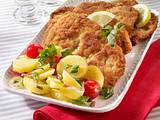 Schnitzel mit Speck-Kartoffelsalat und Lauchzwiebeln Rezept