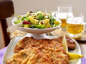 Schnitzel vom Rind Wiener Art zu Kartoffelsalat Rezept