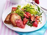 Schnitzel zu Salat und Rhabarber-Chutney Rezept