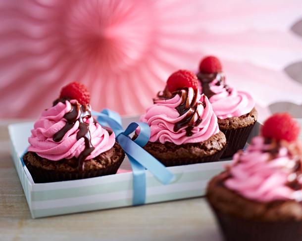 Schoko-Cupcakes mit Himbeercreme und Schokosoße Rezept