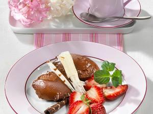 Schoko-Mousse-Nocken mit Erdbeeren Rezept