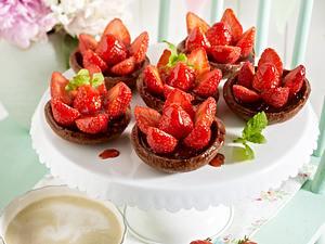 Schoko-Mürbeteigschalen gefüllt mit dunkler Schokoladencreme und Erdbeeren Rezept