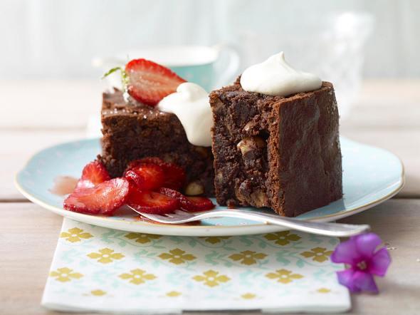 Schoko-Nuss-Brownies mit Erdbeersalat Rezept