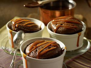 Schokoladen-Soufflee mit Karamellsoße Rezept
