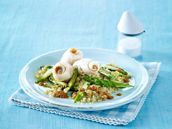 Schollenröllchen auf Quinoa mit Spargel Rezept