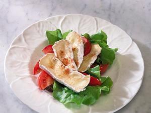 Schwarzbrot mit Camembert und Tomate Rezept