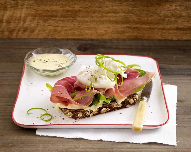 Schwarzbrot mit Römersalat, Katenschinken, Senfcreme und pochiertem Ei Rezept