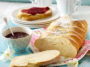 Schwedisches Hefebrot (Vetebröd) mit Kardamom und Zuckerguss Rezept