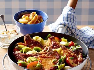 Schweine-Koteletts mit Porree-Apfel-Gemüse und Schupfnudeln Rezept