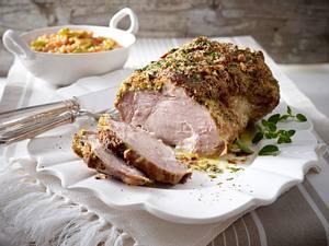 Schweine-Nackenbraten mit Zwiebel-Kräuterkruste zu Tomatenrisotto Rezept