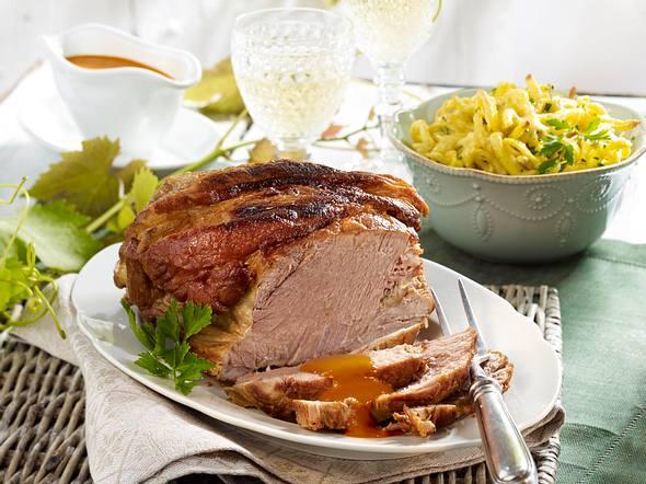 Schweinebraten in Weißwein mit Kräuter-Käse-Spätzle Rezept