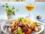 Schweinegulasch mit Äpfeln und Champignons in Cidre geschmort zu Bandnudeln Rezept