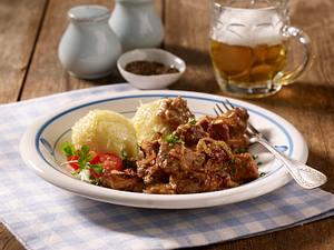 Schweinegulasch mit Bier-Kümmel-Soße und grünen Klößen  Rezept