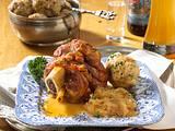 Schweinehaxe in Biersoße mit Brezelknödel und Krautsalat oder Sauerkraut Rezept